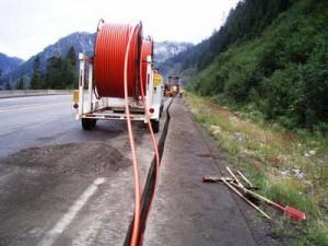 Пример прокладки труб в траншеи вдоль дороги