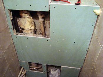 Смонтированный короб из гипсокартона для закрытия труб