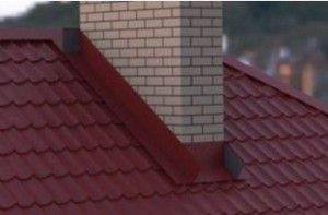 Прямоугольный дымоход на крыше из металлочерепицы