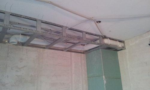 Устанавливаем трубы вентиляции на кухне