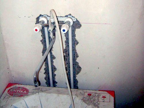 Прячем трубы в стенах
