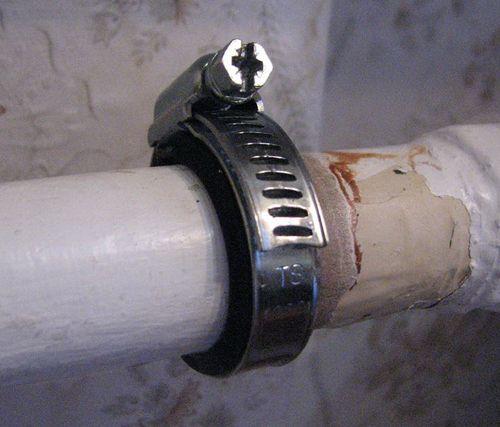 Заделка шва между ванной и стеной бордюрной лентой